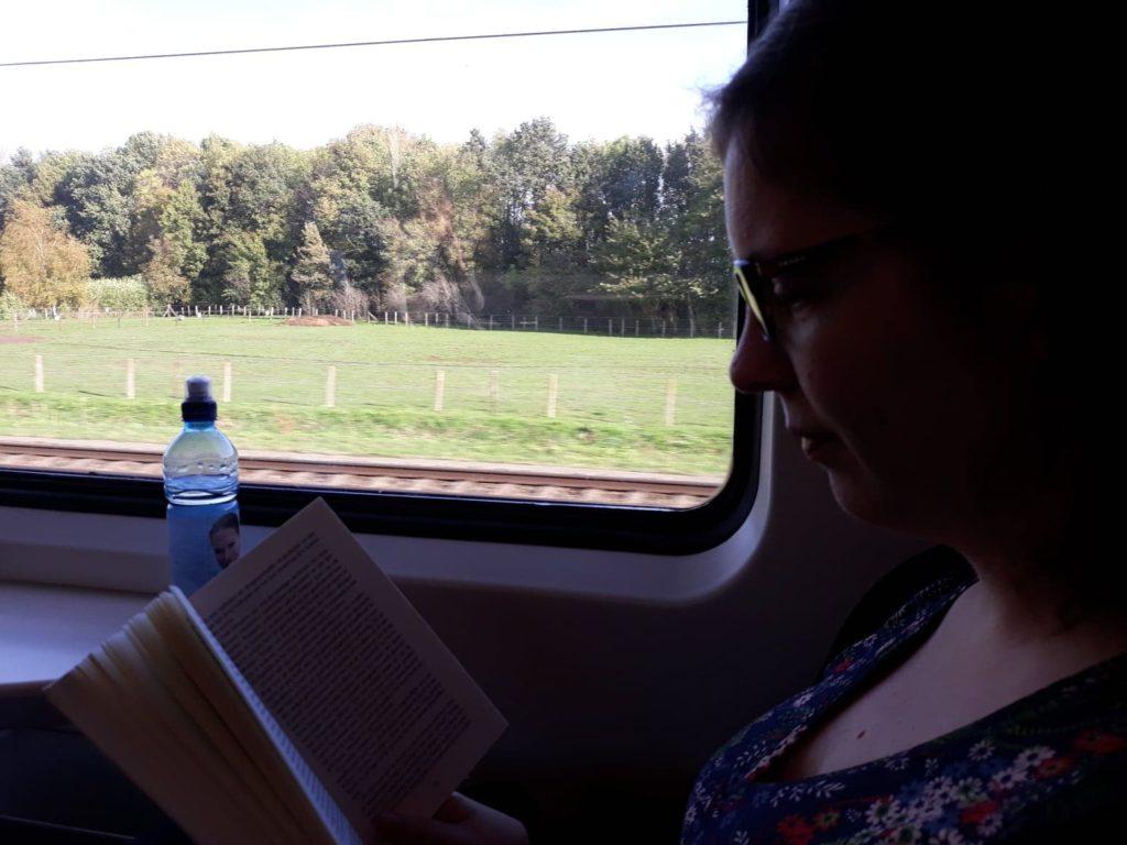 Nicky aan het lezen in de trein